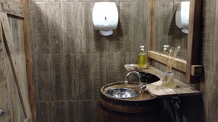 banheiro medieval na Taverna Milord em Campinas