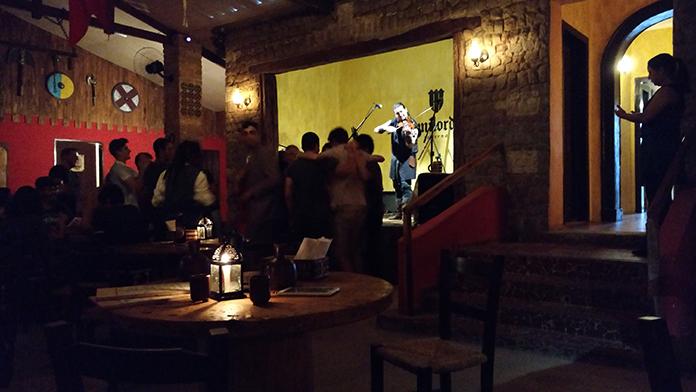 Banda folk irlandesa Beoir tocando na Taverna Milord em Campinas