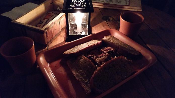 Entrada na Taverna Milord: pão caseiro com costela desfiada e temperada