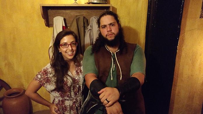 eu e o host da Taverna Milord vestido a carater para a Idade Média