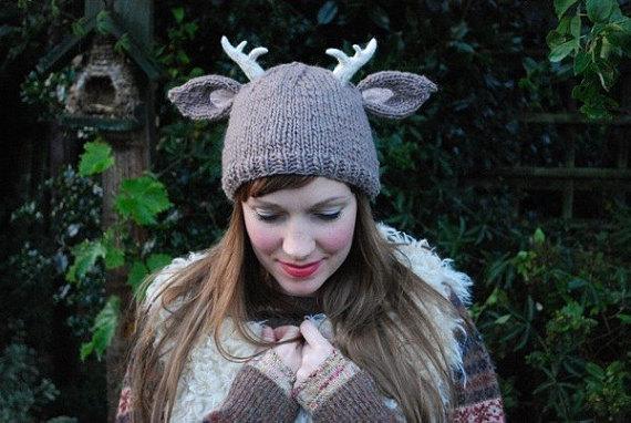 Gorro de tricô feérico inspirado em um cervo da floresta com chifres. Perfeito para o seu guarda-roupa de fadas!