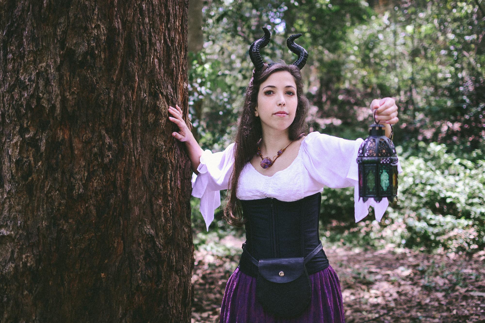 fada moderna bruxa floresta magia lanterna roxo chifres corset